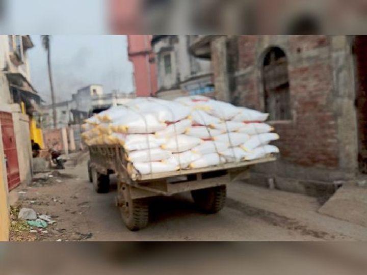 रविवार को अरगड़ा चौक से बाजार समिति की ओर जाता मालवाहक ट्रैक्टर, इस स्थल को नो इंट्री में शामिल नहीं किया गया था, जिससे चालक को शहर में घुसने में आसानी होती है। - Dainik Bhaskar