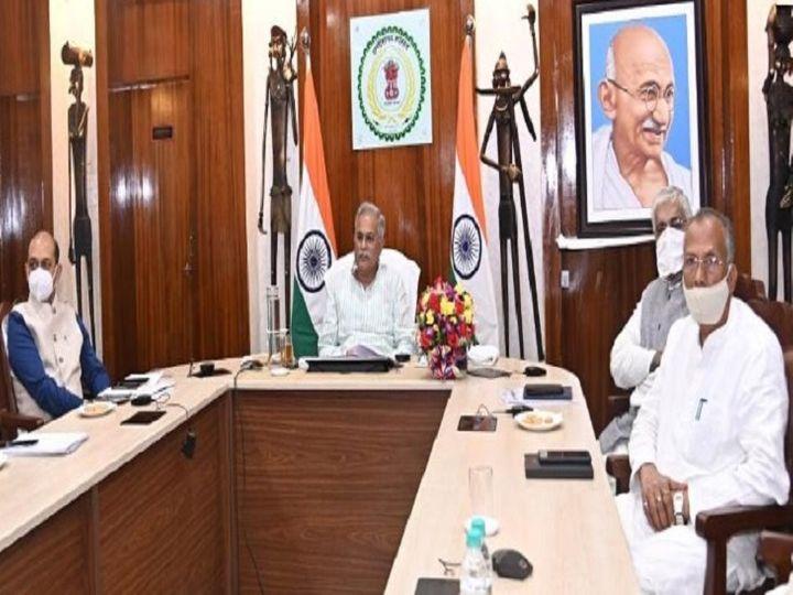 मुख्यमंत्री भूपेश बघेल, स्वास्थ्य मंत्री टीएस सिंहदेव और गृहमंत्री ताम्रध्वज साहू प्रधानमंत्री नरेंद्र मोदी के साथ हुई वर्चुअल बैठक में शामिल हुए। पहले चरण का 60 से 70 प्रतिशत वैक्सीनेशन पूरा होने के बाद प्रधानमंत्री एक बार फिर ऐसी बैठक करेंगे। - Dainik Bhaskar