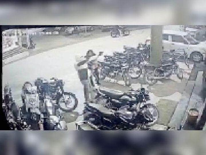 सीसीटीवी कैमरे में कैद हुआ दोनों हाथों से फायरिंग करता बदमाश। - Dainik Bhaskar