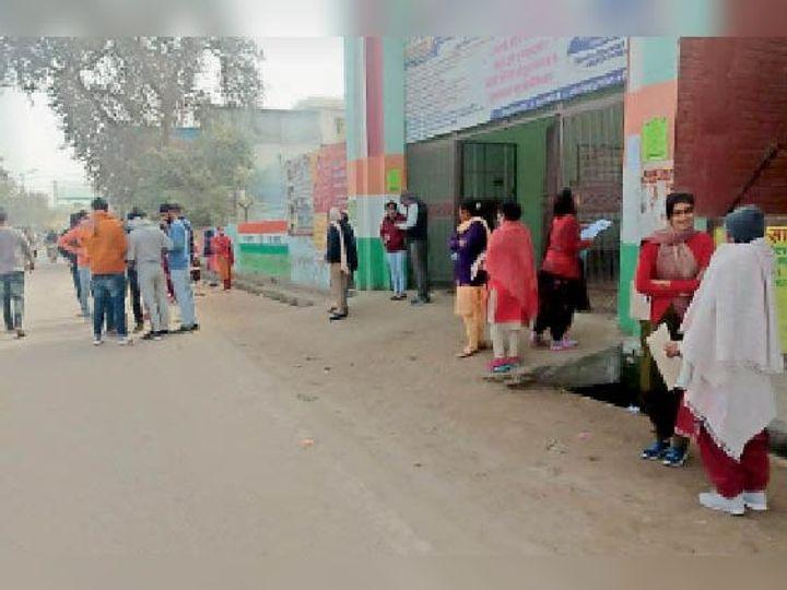 जींद. राजकीय वरिष्ठ माध्यमिक विद्यालय के बाहर परीक्षा देने पहुंचे आवेदक। - Dainik Bhaskar