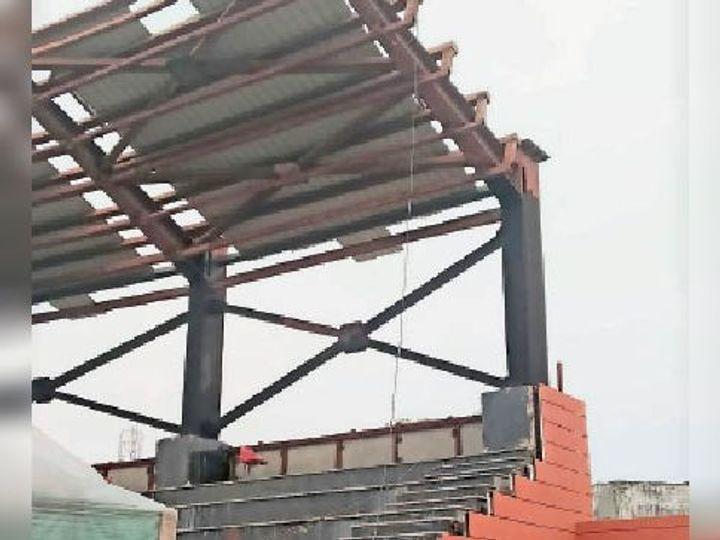फुटबॉल स्टेडियम में इस शेड से नीचे गिरा वेल्डर असलम। - Dainik Bhaskar
