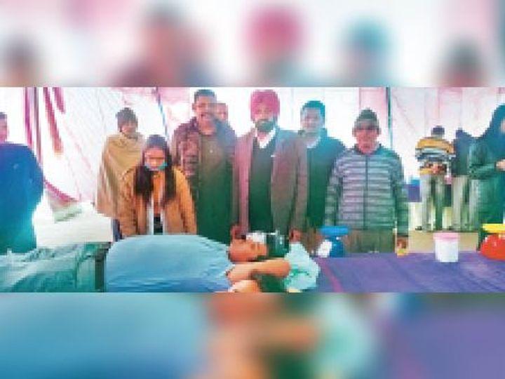 बराड़ा में रक्तदान करते लोग। - Dainik Bhaskar