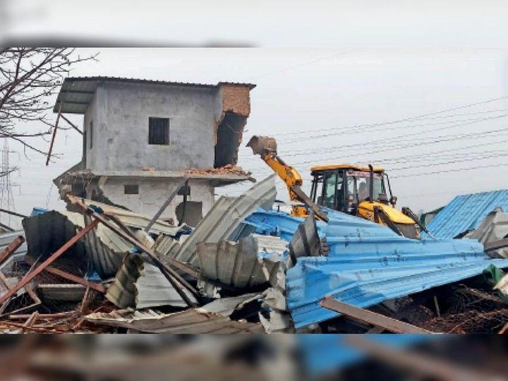 अवैध निर्माण काे ताेड़ती जेसीबी। - Dainik Bhaskar