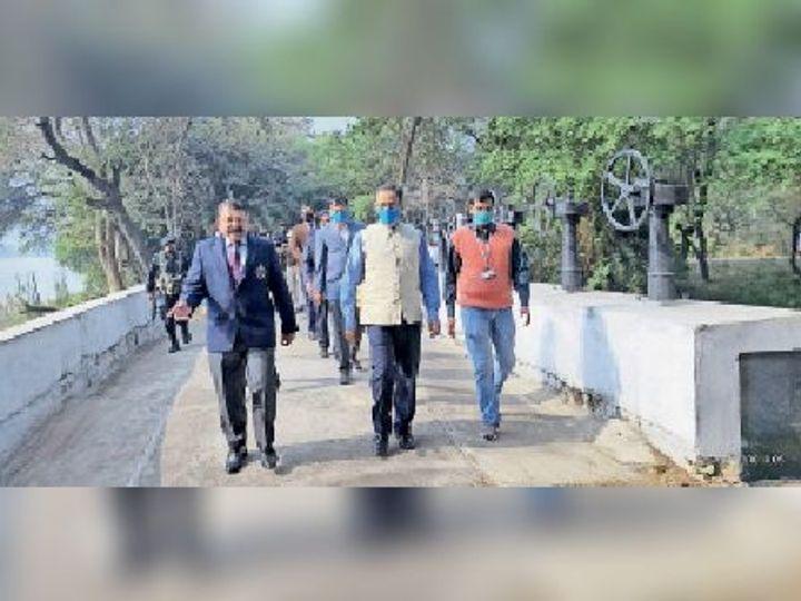 आयुध निर्माणी का निरीक्षण करने पहुंचे पुलिस महानिदेशक व अन्य। - Dainik Bhaskar