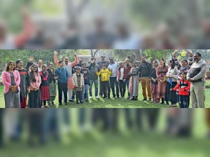 पार्क में आयोजित समारोह में परिवारों के लोग। - Dainik Bhaskar