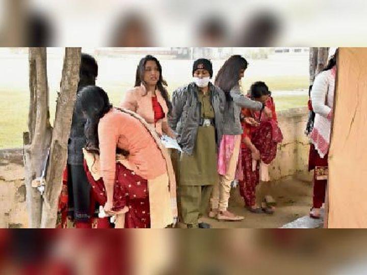 जाट कॉलेज में एग्जाम के दौरान जूते निकलवा कर चेकिंग हुई - Dainik Bhaskar
