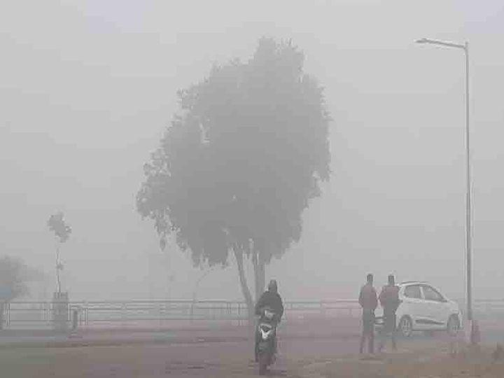 शहर में पिछले दो दिनों से कोहरा छाया हुआ है। अगले दो दिन भी ऐसा ही मौसम रहेगा। फाइल फोटो - Dainik Bhaskar