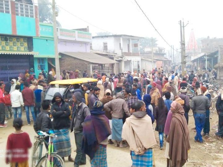 घटना के विरोध में लोगों ने मुख्य मार्ग जाम कर दिया। - Dainik Bhaskar
