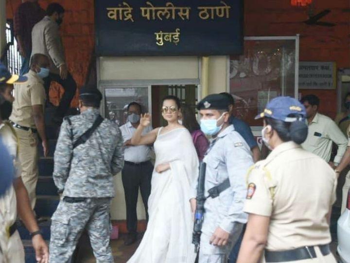 यह फोटो तीन दिन पहले कंगना के मुंबई के बांद्रा पुलिस स्टेशन जाने के दौरान की है। कंगना ने वीडियो में कहा कि मुझसे कहा गया कि पुलिस थाने जाकर हाजिरी लगानी पड़ेगी। किस बात की हाजिरी होगी, ये कोई बताने को तैयार नहीं। - Dainik Bhaskar