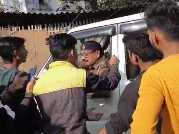 पुलिस ने मौके पर पहुंचकर छात्रों को पिटने से बचाया। - Dainik Bhaskar