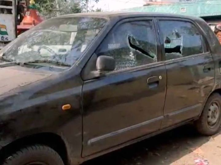 सरदार हेंब्रम के पड़ोसी वीरेंद्र सिंह की कार में भी आरोपियों ने तोड़फोड़ की। - Dainik Bhaskar