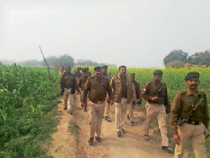 छापेमारी करने पहुंची पुलिस। - Dainik Bhaskar