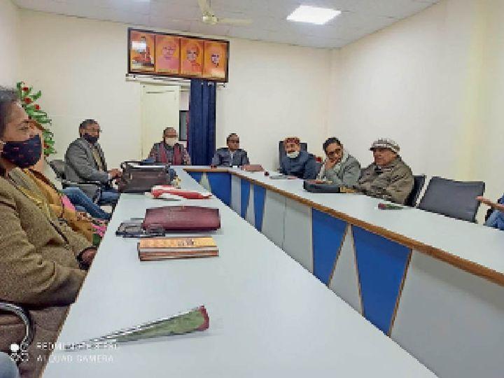 अखिल भारतीय साहित्य परिषद की प्रांतीय बैठक में उपस्थित साहित्यकार। - Dainik Bhaskar