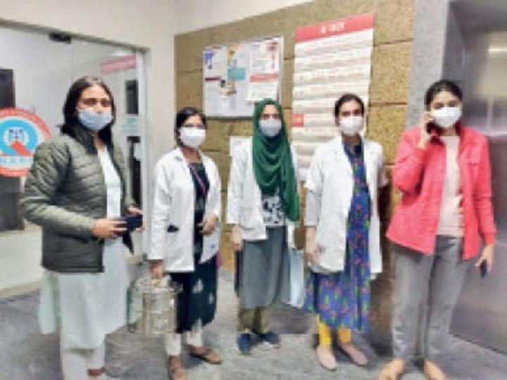 डोनर का काॅर्निया ले जाती गांधी मेडिकल कॉलेज की टीम। - Dainik Bhaskar