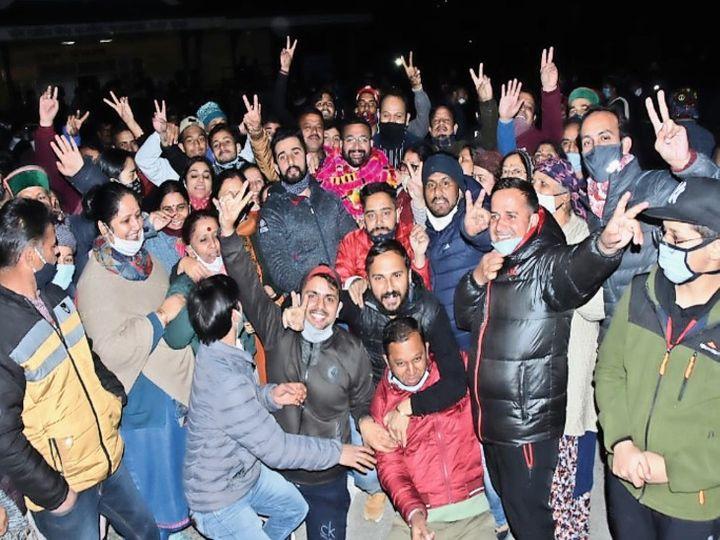 रामपुर में कांग्रेस के विजेता पार्षद समर्थकों के साथ खुशी जाहिर करते हुए। - Dainik Bhaskar