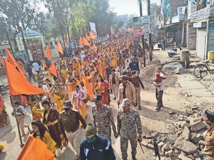 गर्ल्स स्कूल रोड से गुजरती भगवान श्रीराम की शोभायात्रा। - Dainik Bhaskar