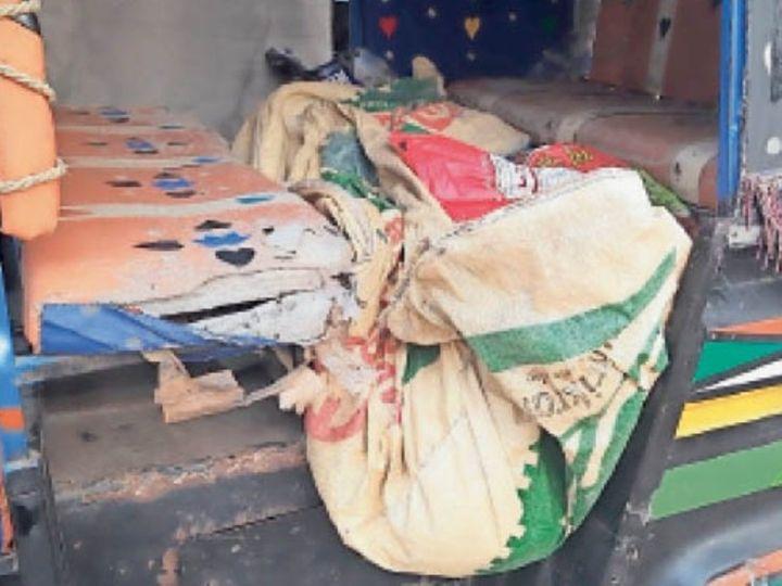 प्लास्टिक में लपेट हुआ मृतका का शव - Dainik Bhaskar