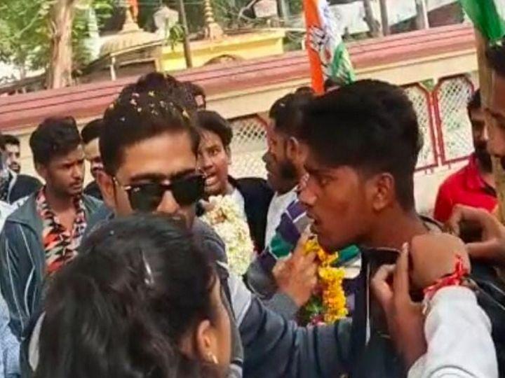 युवती ने आरोपी युवक का कॉलर पकड़कर पिटाई की। - Dainik Bhaskar
