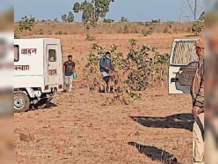 बकस्वाहा| घटना स्थल पर पड़ताल करती पुलिस टीम। - Dainik Bhaskar
