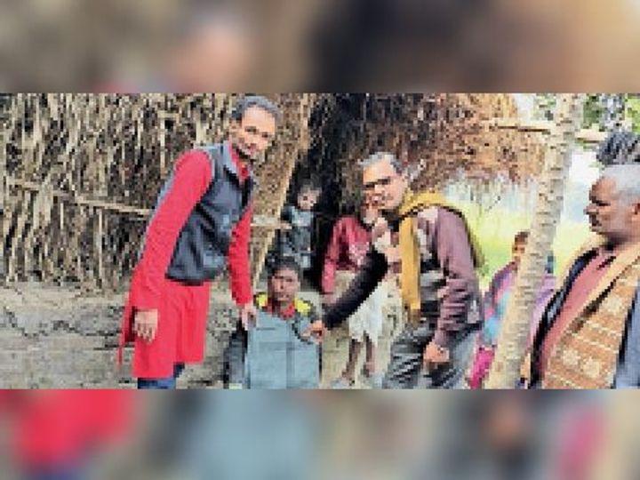 कंबल वितरित करते पंचायत विकास मोर्चा के सदस्य। - Dainik Bhaskar