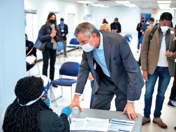 न्यूयॉर्क के मेयर बिल डी ब्लासियो टीकाकरण का मुआयना करते हुए। - Dainik Bhaskar