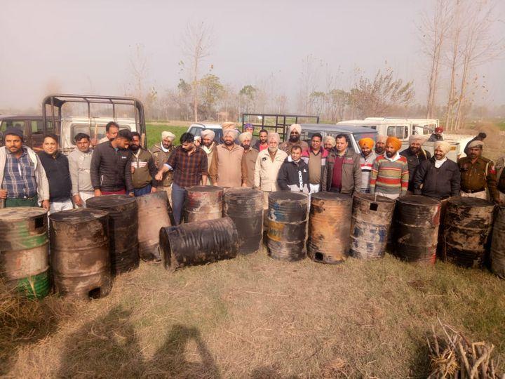सतलुज दरिया के किनारे के गांवों से बरामद हुए लाहन के ड्रम व कार्रवाई करने वाली टीम। - Dainik Bhaskar