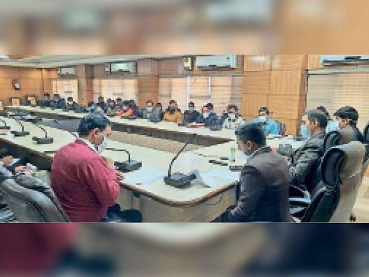नारनाैल में गणतंत्र दिवस समाराेह के लिए अधिकारियाें की बैठक में बाेलते डीसी। - Dainik Bhaskar