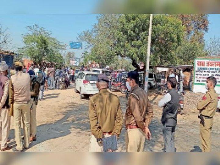 महेंद्रगढ़ में कच्चे टी प्वाइंट पर विरोध प्रदर्शन के दौरान निगरानी रखते एसडीएम विश्राम कुमार मीणा डीएसपी कुशल सिंह व पुलिस फोर्स। - Dainik Bhaskar