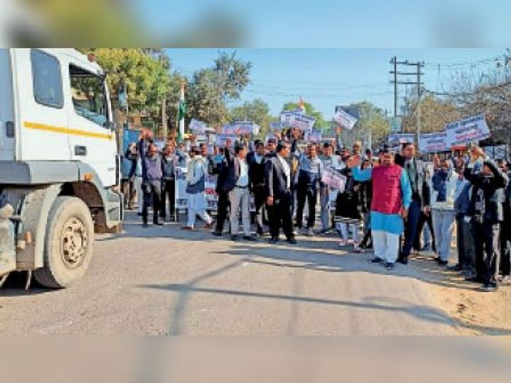 कस्बे में रोष प्रदर्शन करते अधिवक्ता व विभिन्न संगठनों के सदस्य। - Dainik Bhaskar