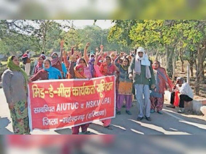 नारनाैल में मांगाें काे लेकर प्रदर्शन करती मिड-डे-मिल कार्यकर्ता। - Dainik Bhaskar