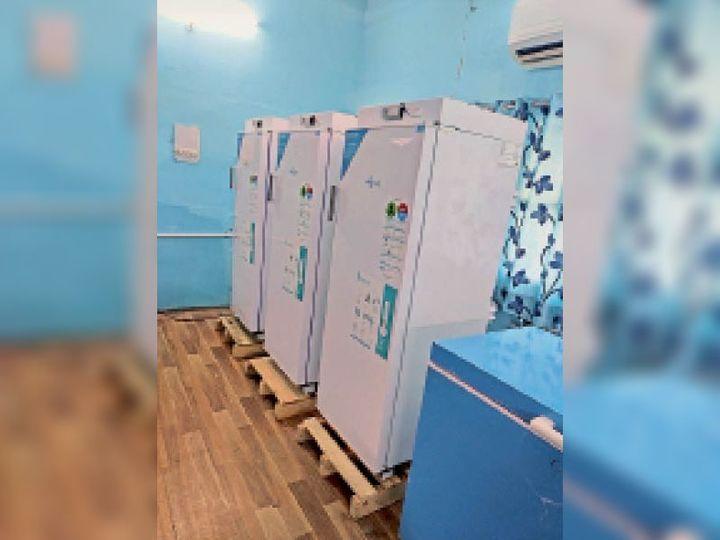 रेवाड़ी सिविल अस्पताल में स्थित वैक्सीन स्टोर रूम। - Dainik Bhaskar