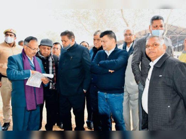 गांव सुखदर्शनपुर में गोशाला का निरीक्षण करने पहुंचे विधानसभा स्पीकर व अन्य। - Dainik Bhaskar