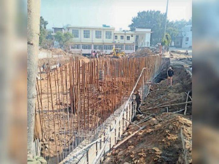 नाला को कवर कर बनाया जा रहा पार्किंग एरिया। - Dainik Bhaskar