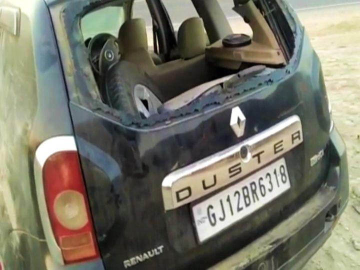हादसे में क्षति ग्रस्त कार। - Dainik Bhaskar