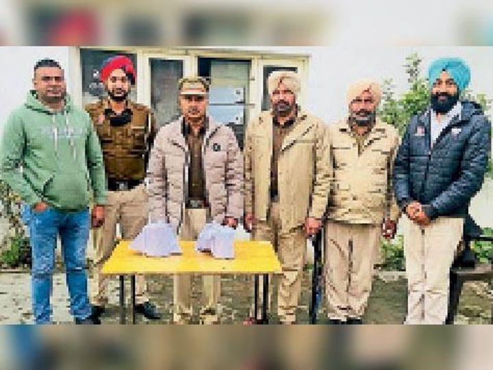 बरामद खेप की जानकारी देते हुए पुलिस मुलाजिम। - Dainik Bhaskar