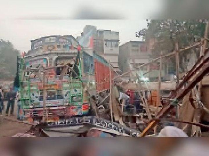जमुई स्टेशन परिसर में दुर्घटनाग्रस्त ट्रक। - Dainik Bhaskar