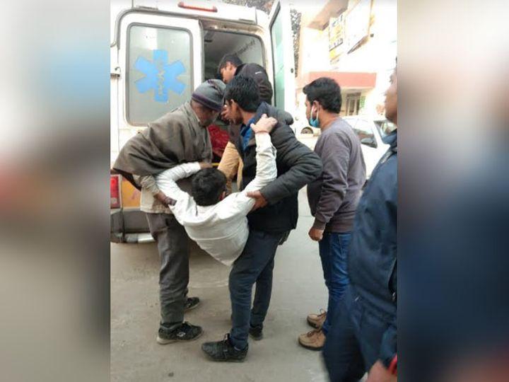 भिवानी के बवानीखेड़ा में हादसे में घायल हुए लोगों को एंबुलेंस के जरिये अस्पताल भिजवाते स्थानीय निवासी। - Dainik Bhaskar