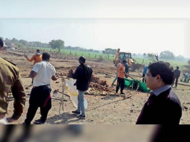 पोलायकलां में अतिक्रमण हटाने की कार्रवाई करते हुए अफसर व कर्मचारी। - Dainik Bhaskar