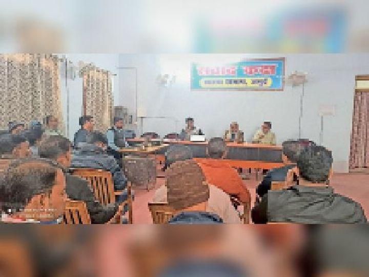 मंगलवार को आयोजित प्रशिक्षण में भाग लेते स्वास्थ्यकर्मी। - Dainik Bhaskar
