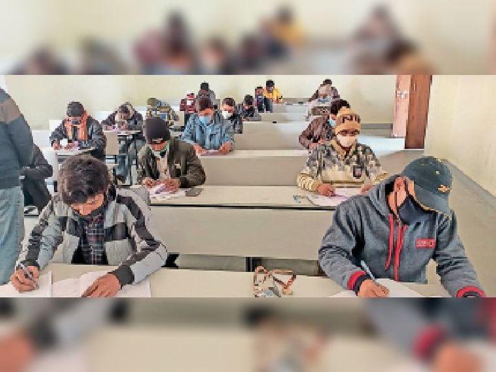 परीक्षा में शामिल छात्र-छात्राएं। - Dainik Bhaskar