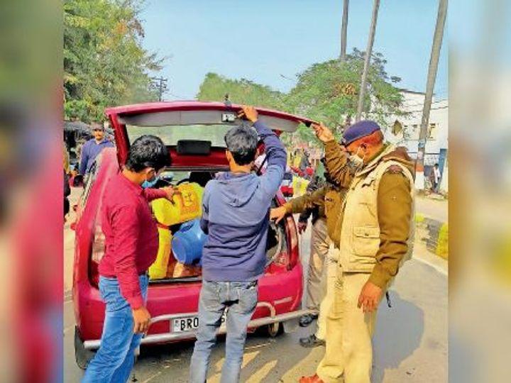 वाहनों की जांच करती पुलिस। - Dainik Bhaskar