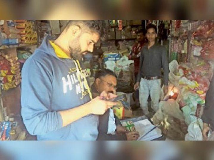 खुरई में खाद्य विभाग ने कार्रवाई करते हुए सैम्पल लिए। - Dainik Bhaskar