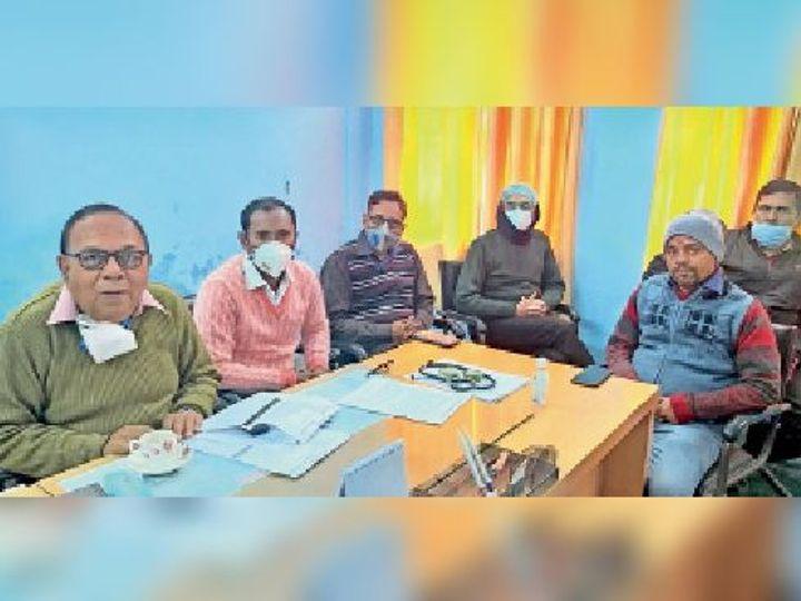कोरोनारोधी वैक्सीनेशन के बारे में बताते सीएस व अन्य अधिकारी। - Dainik Bhaskar