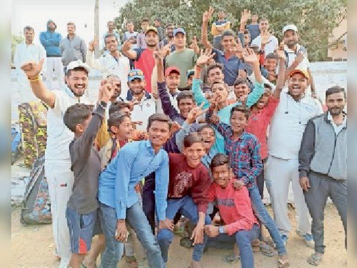 जीत के बाद खुशी मनाते ब्लू फाेकस टीम के खिलाड़ी। - Dainik Bhaskar