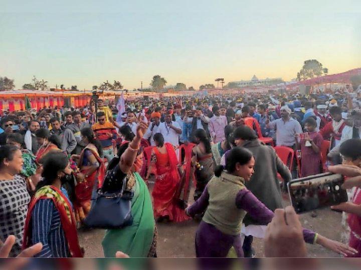 आयोजन में हिस्सा लेने बुधवार को बड़ी संख्या में पहुंचे आदिवासी समाज के लोग। - Dainik Bhaskar