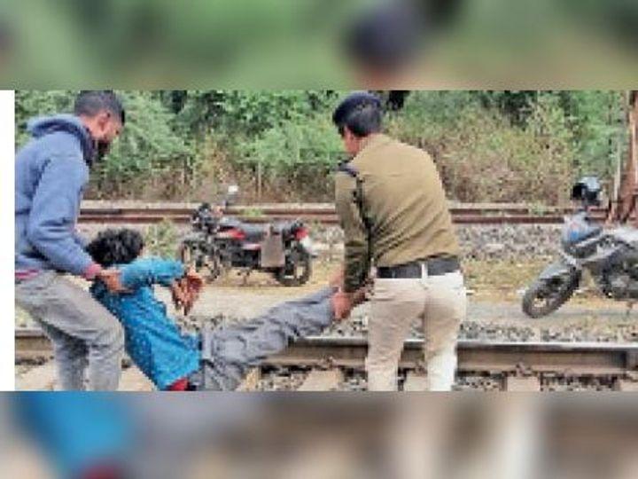 इटारसी। ट्रेन से गिरे युवक को अस्पताल ले जाते आरपीएफ कर्मी। - Dainik Bhaskar