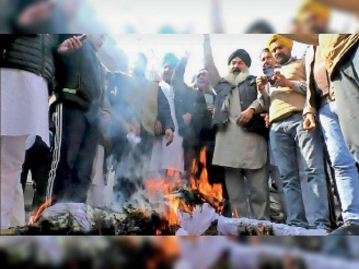 अबोहर में मोदी सरकार का पुतला फूंकते किसान, मजदूर। - Dainik Bhaskar