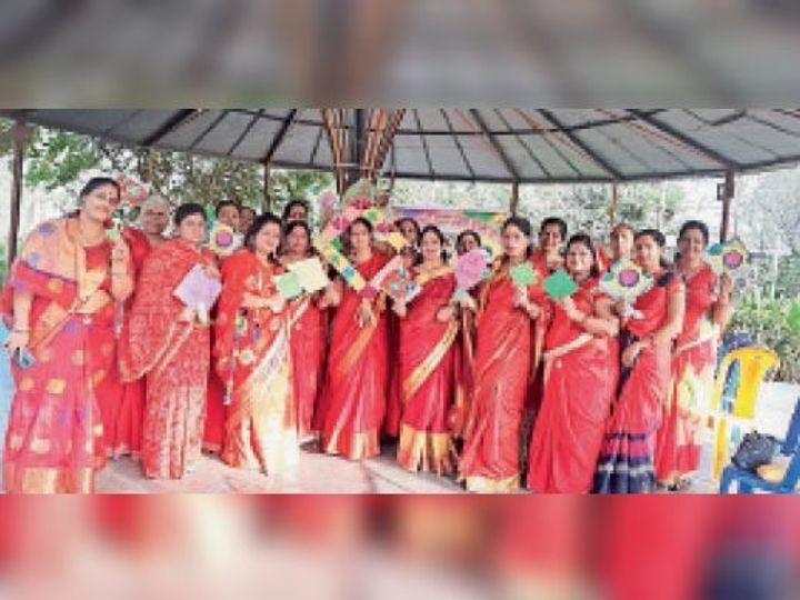 आलीराजपुर. पतंग उत्सव के लिए एकत्रित हुई महिलाए। - Dainik Bhaskar