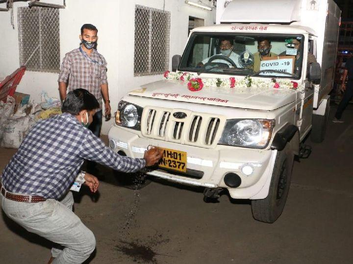 मुंबई पहुंचने पर वैक्सीन की गाड़ियों की पूजा की गई। सभी को एफ-साउथ वार्ड कार्यालय में रखा गया है। - Dainik Bhaskar