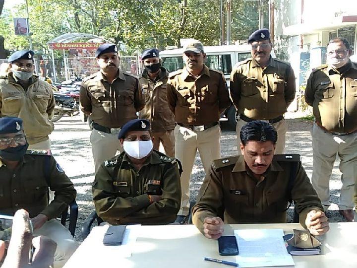 महिला पर जानलेवा हमले के दो आरोपियों की गिरफ्तारी की जानकारी देते एएसपी। - Dainik Bhaskar